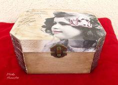 Šperkovnica/krabička z masívneho dreva, vyrobená dekupážou, použitá akrylová farba, krakelovací lak, patina, na záver 2x prelakovaná.   http://www.sashe.sk/HomeArt/detail/dievcatko-s-ruzovym-kvetom