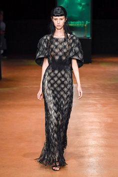 Take a look to Iris van Herpen Haute Couture Fall Winter 2017-18collection: the fashion accessories and outfits seen on Parigi runaways.