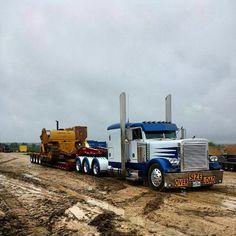 Peterbilt TriAxle pulling 4 axle RGN & hauling a CAT side boom pipe layer. Big Rig Trucks, Dump Trucks, Cool Trucks, Train Truck, Road Train, Tow Truck, Pickup Trucks, Heavy Construction Equipment, Heavy Equipment