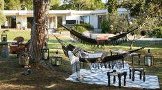 Hamac, transat, chilienne, bain de soleil et chaise longue : grand ciel bleu sur ce mobilier de jardin où paresser relève de l'art... de vivre. Place à la détente !