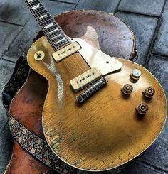 Check out les paul gibson:) 8378 Gibson Electric Guitar, Vintage Electric Guitars, Cool Electric Guitars, Vintage Guitars, Vintage Bass, Guitar Pics, Music Guitar, Cool Guitar, Acoustic Guitar