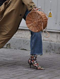 ellopiageenos: in open fields of wild flowers,she breathes the air and flies away.She thankes her jesus for the daises and the roses in no simple language. Paris Pictures, Paris Pics, Current Fashion Trends, Big Bags, Dressed To Kill, Go Shopping, Trendy Outfits, Straw Bag, Hermes