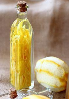 レモンは皮を使うため、ノンワックスで無農薬栽培のものを使用しましょう。また、酸が強いので、保存する容器はガラス瓶など酸に強いものを選びましょう。アルミの蓋の容器の場合、ラップをしてから蓋をすることで酸化を防ぐことができます。