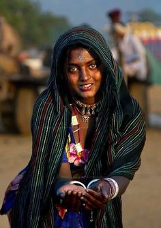 Beautiful Indian tribal girl, probably from Rajasthan or Gujarat. Incredible India photo by Manu Mehta Photography. Beautiful Eyes, Beautiful People, Beautiful Women, Indian People, Beauty Around The World, Black Women Art, Black Art, Art Women, World Cultures
