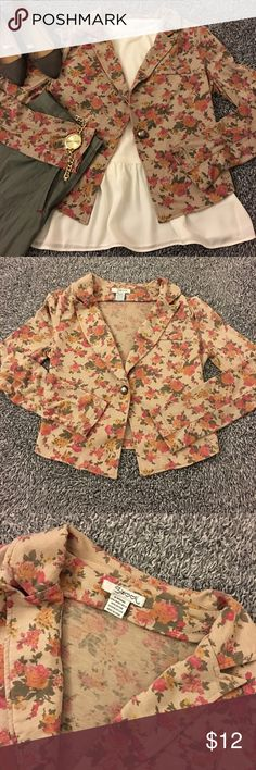 Lovely cropped, floral jacket! So girly and cute! Can be dressed up or down. Cropped in length and a lighter knit type of fabric. Comfy and cute left unbuttoned and layered! Great for this time of year but can be worn with many outfits all year round! Nothing obviously wrong with this blazer but I may have overlooked something-thus it's not noticeable! SF item. Please see pics for details, condition & measurements. Long sleeves (4+ inches wide plus more stretch!) Questions? Ask…