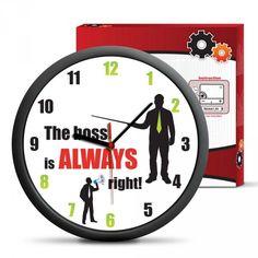 """Umíte si představit lepší hodiny do kanceláře šéfa nebo pracovny manažerky než tyto s anglickým nápisem """"Šéf má VŽDYCKY pravdu"""" a """"Manažerka má VŽDYCKY pravdu""""? My teda ne! Jsou nástěnné, takže si je budete moct pověsit na zeď a budete je mít vždycky na dohled, a kdykoliv budete chtít zjistit, kolik už je hodin, ještě se přitom pobavíte. A až bude někdo zpochybňovat Vaše rozhodnutí, stačí na ně ukázat a bude hned jasno, kdo má pravdu!"""