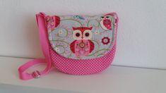 Krásna detská  kabelka Sovička 😊 Kabelka je celá vystužená a podšitá.. Má posuvné ramienko a magnetické zapínanie.. Rozmer 18,5 × 17,5 × 3 cm.. :)