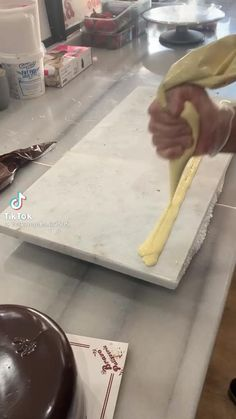 This video shows how you can decorate a chocolate cake. #Chocolatecake #decoration #delicious Chocolate Cale, Tasty Chocolate Cake, Chocolate Truffles, Chocolate Stores, Torte Cake, Chocolate Decorations, Cake Decorating Techniques, Chocolate Covered Strawberries, Cake Art