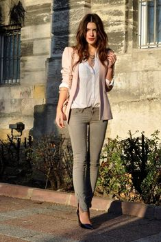 Pink blazer, white shirt n skinny jeans. Casual look. Like the slit in the skinny jeans. Mode Outfits, Chic Outfits, Fall Outfits, Summer Outfits, Pink Blazer Outfits, Pink Blazers, Blazer Dress, Dress Shirt, Dress Outfits