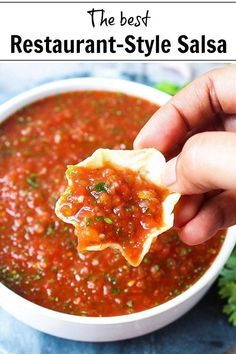 This restaurant-style, homemade salsa recipe is easy, quick and delicious! You need just 10 minutes to prepare this delicious dip to go along with your favorite chips or use it in any recipe that calls for salsa! Fresh Salsa Recipe, Fresh Tomato Recipes, Salsa Recipe To Freeze, Salsa Recipe With Rotel, On The Border Salsa Recipe, Salsa Recipe Easy, Cooked Salsa Recipe, Tomato Salsa Recipe, Guacamole Recipe