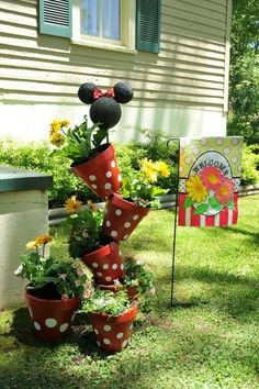 40 Amazingly creative DIY craft ideas for the most wonderful flower garden A wonderful garden decoration is done by adding colors, creative constructions made by us and many colorful flowers. Diy Garden Projects, Garden Crafts, Diy Garden Decor, Garden Ideas, Yard Art Crafts, Diy Crafts, Flower Pot Crafts, Clay Pot Crafts, Clay Pot Projects
