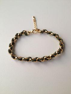 chain bracelet with military green string pulseira de corrente dourada trançada com fio verde militar