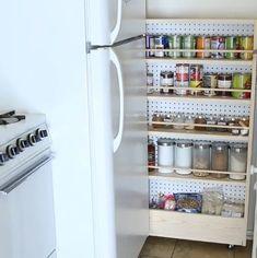 Sabe aquele espaço entre a geladeira e a parede lateral? Pois é, ele é um ótimo candidato para receber uma estante secreta bem organizada