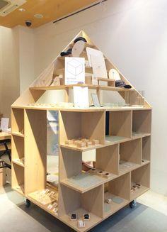 l'atelier du savon京都 でも 家具 を デザインして頂いた @NO_ARCHITECTS さんのディスプレイ。 繊細 かつ 個性 豊かな アクセサリー達 を さらに 引き立たせます。