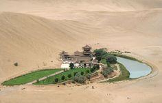 Oasis del lago Dunhuang, China  El desierto es un paisaje dinámico, en el que nada permanece para siempre.