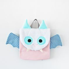 A Little Bat Backpack - pinning for inspiration (item is f/s on Dawanda). Could be a cute little bag for the month of October, lol. Toddler Backpack, Backpack Bags, Animal Bag, Sons Birthday, Cosmetic Pouch, Designer Backpacks, Cool Backpacks, Baby Store, Little Bag