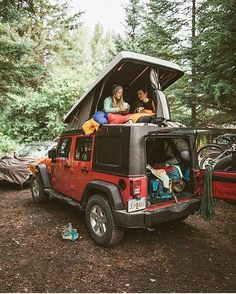 Find The Best Tips For Camping Right Here. If you want to make your next camping trip an experience to remember, you need to get informed. Voyage Week End, Kombi Motorhome, Auto Retro, Vw T, Camping Life, Jeep Camping, Jeep Wrangler Camping, Jeep Jeep, Moab Jeep