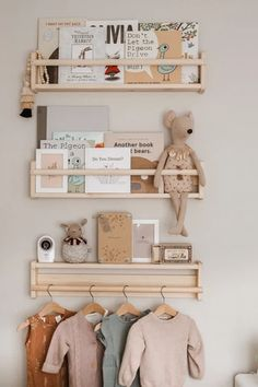 Un mur personnalisé dans la chambre d'enfant Personalize the walls of the child's room with decorati Baby Room Themes, Baby Room Decor, Baby Bedroom, Ikea Baby Room, Ikea Kids Room, Baby Room Diy, Ideas For Baby Room, Girls Bedroom Ideas Ikea, Nursery Ideas Girls