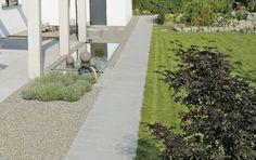 Wo es auf Bodenbeläge ankommt, die sich der Umgebung unterordnen, ist dieser formal reduzierte Pflasterstein mit edlem Quarzit-Vorsatz richtig am Platz. Das macht ihn auch zu einem guten Kombinationspartner. Empfehlenswert ist das Zusammenspiel mit Pflastern und Platten von ARCADO, denn durch den klaren Kontrapunkt entsteht ein spannendes Flächenbild. Sidewalk, Formal, Paving Stones, Garden Path, Environment, Home And Garden, Boden, Preppy, Side Walkway