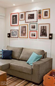 """Embutidos no teto, na direção do sofá, spots com dicroicas destacam o arranjo de fotos. Cores neutras – no sofá e no tapete – e madeira natural evitam que a composição se torne pesada. Na parede, imagens em preto e branco harmonizam-se em um lindo arranjo, realizado com molduras prontas revestidas de diferentes tecidos adesivos. """"Vale mesclar retratos antigos e recentes e também fotos de viagens"""", diz o arquiteto Glaucio Gonçalves. É aconselhável ter de 2,80 m a 3,20 m entre o usuário e uma ..."""