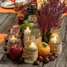 Idea per un originale Centrotavola autunnale fai-da-te con candeline led tealight galleggianti in bottiglie di vetro decorate