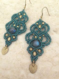 Tribal gypsy macrame earrings with labradorite gem por ARTofCecilia