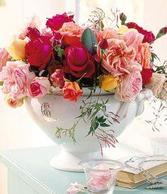 Ein Blumenstrauß aus lieblich duftenden Rosen und zartem Jasmin verbreitet romantische Sommerstimmung.