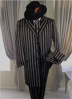 Dark color black And pronounce visible Pronounce White Stripe Pinstripe Fashion Long length er Jacket Suits for Men. Sharp Dressed Man, Well Dressed Men, Great Gatsby Gown, Opera Do Malandro, Black Tuxedo Wedding, Clothing Store Displays, Pinstripe Suit, Wedding Suits, Gatsby Wedding
