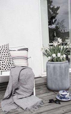Gemütlich können auch Textilien in schwarz-weiß und lackierte Möbel wirken