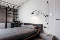La chambre minimaliste et moderne d'un appartement d'architecte. Plus de photos sur Côté Maison http://petitlien.fr/7ux6