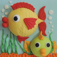 Big Fish & Little Fish Cakes PDF Tutorial by ShereensCakesandBake Cake Topper Tutorial, Fondant Tutorial, Fondant Cake Toppers, Fondant Cakes, Cupcake Toppers, Clay Projects, Clay Crafts, Tank Cake, Sea Cakes