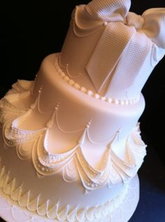 Lambeth cake - I'm intrigued by the seamless transition between the middle and bottom tiers, and the bow on top saves it from being too much! Beautiful Wedding Cakes, Gorgeous Cakes, Pretty Cakes, Amazing Cakes, Wedding Cakes With Cupcakes, Cupcake Cakes, Royal Icing Cakes, Just Cakes, Cake Decorating Techniques