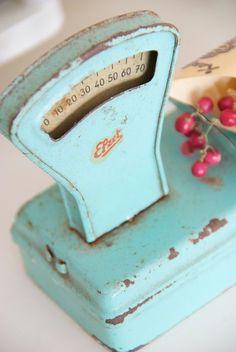 aqua patina and scale. i love old scales. Shabby Vintage, Vintage Love, Vintage Antiques, Retro Vintage, Shabby Chic, Vintage Items, Vintage Stuff, Vintage Trucks, Vintage Market