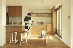 <p>キッチンカウンターは脚までステンレス仕上げ!スリムなデザインです。</p>
