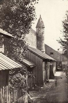 """Unterhalb der damals noch grauen Theatinerkriche liegt das Äußere Schwabinger Tor, 1372 erstmals als """"Unseres Herrn Tor"""" erwähnt."""