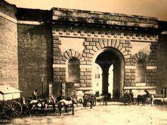 La Porta Salaria consentiva alla via Salaria il passaggio attraverso le Mura aureliane. Fu demolita nel 1921