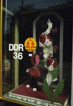 Schaufenster eines Dessous-Ladens mit Aufklebern zum 36. Jahrestag der DDR in Prenzlauer Berg, Ost-Berlin. 1986