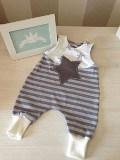 Strampler The post Strampler appeared first on Kinder Mode. Toddler Girl Style, Toddler Boys, Jumper Bebe, Vêtements Goth Pastel, Baby Boy Fashion, Kids Fashion, Vêtement Harris Tweed, Baby Blog, Baby Sewing