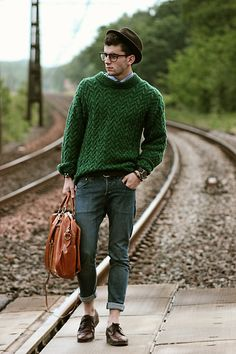 FISHERMAN'S SWEATER   Great look! Green sweater + jeans