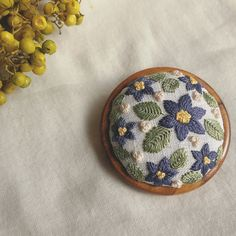 Relief 刺繍ブローチ(木枠) 4.5㎝ Embroidery Needles, Cross Stitch Embroidery, Embroidery Patterns, Hand Embroidery, Crystal Embroidery, Glass Painting Designs, Embroidered Flowers, Pin Cushions, Bunt