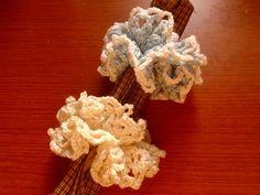 ネット編みのシュシュで、フリルのボリュームもある程度あり、ひらひらした軽やかさもあります。