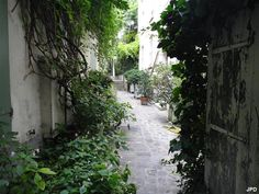 Passage dérobé : 52 rue Mouffetard (5ème)  C'est dans l'une des plus anciennes rues de Paris que s'est réfugié un passage endormi. Entre une boutique de souvenirs bariolée et un distributeur, poussez la porte du numéro 52. Là, des appartements tranquilles, des murs blancs et des volets assortis aux plantes grimpantes vous feront oublier le bouillonnement de la ville pendant un instant.  Métro : Place Monge rues-insolites-paris-mouffetard