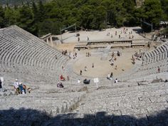El teatro de Epidauro es un teatro antiguo de Argólida, edificado en el siglo IV a. C. para acoger las Asclepeia, concurso en honor del dios médico Asclepio.