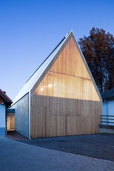 Weingut Scharl - That idea of a transformation of facade from day to night. Architecture Durable, Architecture Résidentielle, Scandinavian Architecture, Minimalist Architecture, Futuristic Architecture, Contemporary Architecture, Classical Architecture, Wooden Facade, Modern Barn House