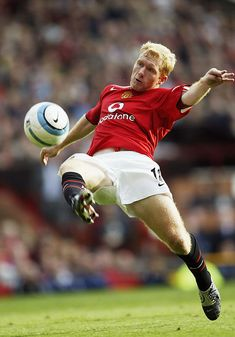 MANCHESTER, ENGLAND - AUGUST Paul Scholes of Manchester United in action during the FA Barclays Premiership match between Manchester United and Norwich City at Old Trafford on August 2004 in Manchester, England. (Photo by Gary M. Man Utd Squad, Neymar Jr Wallpapers, Manchester United Wallpaper, Bobby Charlton, Museum Of Childhood, Manchester United Players, Most Popular Sports, London Museums, Football Program