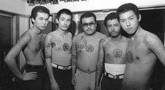 こちらは写真家、渡辺克巳(1941-2006)の写真集「Gangs of Kabukicho」です。 1960〜70年代に歌舞伎町界隈で3枚1組200円で売る「流しの写真屋」をやっていた頃のモノクロームの写真群です。歌舞伎町に入れ墨したヤクザや艶かしい風俗嬢、トルコ風呂(ソープランド)で働く女性、ギラギラした暴走族、ゲイボーイ、オカマ、ホステス、カップル、若者などをさまざま人々を捉えています。 当時のファッションや歌舞伎町の風景、人々の眼差しやポーズから時代の流れ、勢いみないな雰囲気を感じ取ることができますね。 これらの写真がおさめられている写真集「Gangs of Kabukicho」はニューヨークのアンドリュー・ロス・ギャラリーで写真展「KATSUMI WATANABE」開催に合わせて刊行されました。 ぜひ、手に取ってみたいと思える写真ですね。 写真家、渡辺克巳に関する情報をお知らせするサイトがありますので展覧会情報などはこちらからチェックしてみて下さい。                          【次ページ】            渡辺克巳経歴…