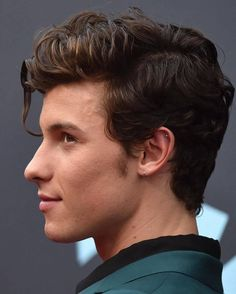 His hair😍😍😍😍 im in love with him💜 (And his jawline.oh my goodness 💜) Shawn Mendes Hair, Shawn Mendes Cute, Shawn Mendes Imagines, Ed Sheeran, Shwan Mendes, Fangirl, Foto Gif, Shawn Mendes Wallpaper, Jawline