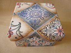 Caixa de madeira forrada com sabonete natura decorado .