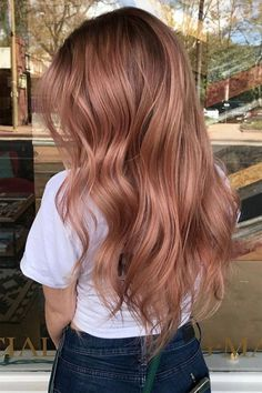 The Latest Collection Of Colors And Styles For Long Wavy Hair - Vida Joven Blond Rose, Rose Gold Hair Blonde, Strawberry Blonde Hair Color, Strawberry Brown Hair, Brown Hair To Rose Gold, Brown Hair Rose Gold Highlights, Rose Gold Bayalage, Diy Rose Gold Hair, Rose Gold Balayage Brunettes