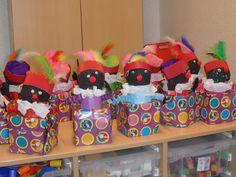 Zwarte Piet in een cadeautje. De doos is van dolce gusto koffie capsules Het lijf van een chipskoker met daarop een hoofd van papier-maché